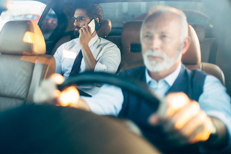 mężczyzna jadący taksówka rozmawia przez telefon