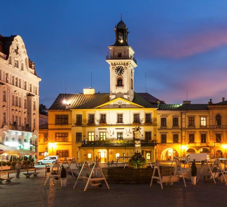 rynek miasta nocą